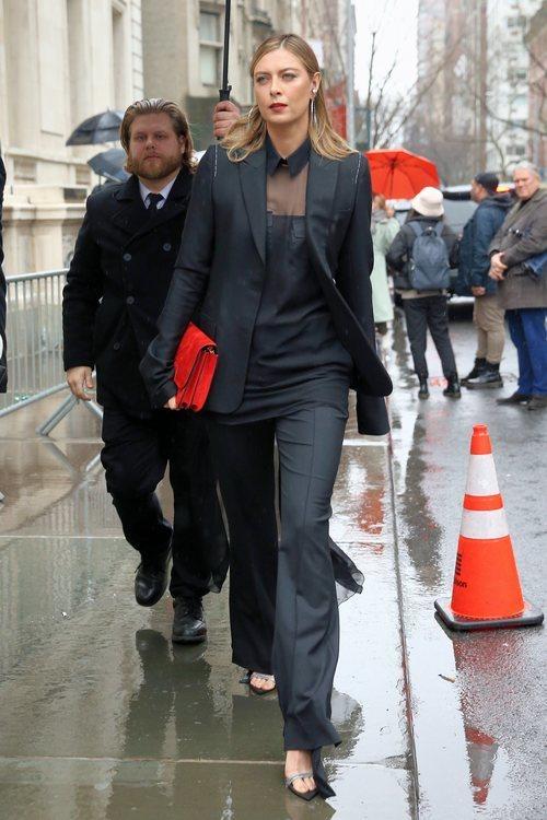 Maria Sharapova con un ideal traje negro de chaqueta femenino