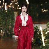 Conjunto rojo con chorreras otoño/ invierno 2020 de Rodarte