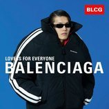 Abrigo de estilo puffy negro con rayas blancas de la colección primavera/verano 2020 de Balenciaga
