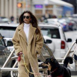 Emily Ratajkowski paseando con  su perro por Nueva York