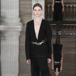 Vestido negro con botas de piel otoño/ invierno 2020 de Victoria Beckham