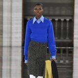 Jersey de punto azul combinado con falda y botas otoño/ invierno 2020 de Victoria Beckham