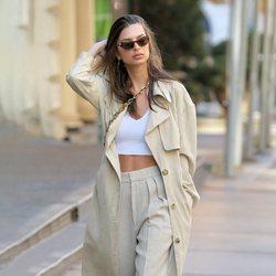 Emily Ratajkowski paseando por Nueva York con un look casual