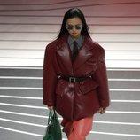 Abrigo, pantalones y botas de piel otoño/invierno 2020-2021 de Prada