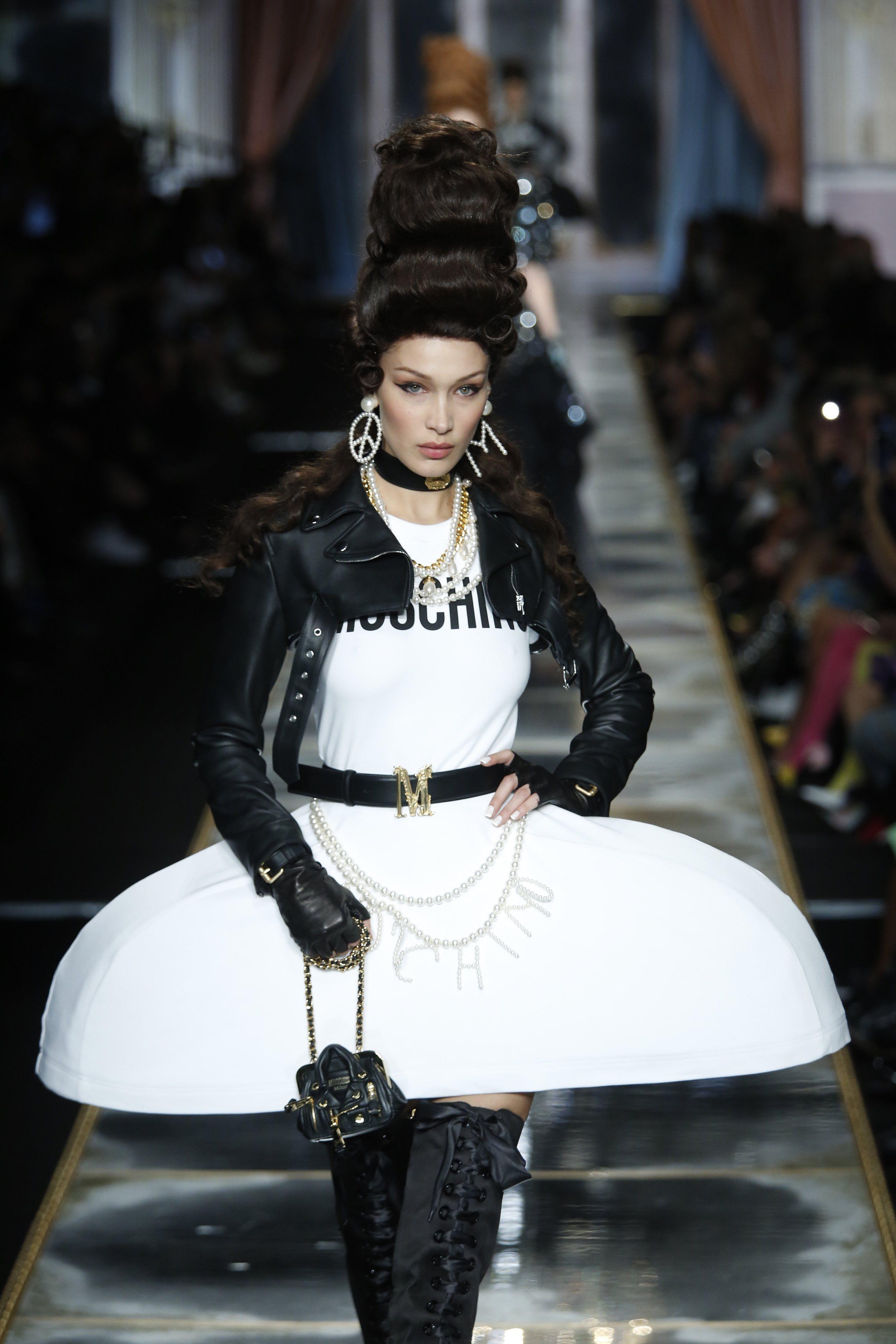 Bella Hadid desfilando para Moschino con la colección otoño/invierno 2020-2021 en Milán