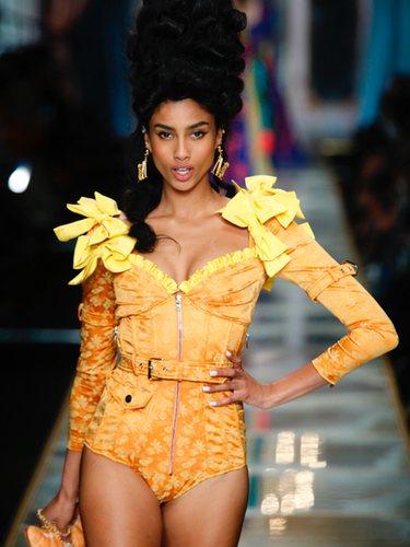 Body en color naranja con detalles de lazos amarillos de la colección otoño/invierno 2020-2021 de Moschino en Milán