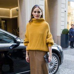Olivia Palermo con un look oversize en tonos tierra