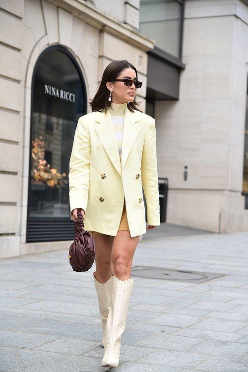 Camila Coelho arrasa con un total look en tonos camel y amarillo pastel
