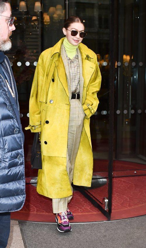 Gigi Hadid con un look de superposición de prendas excesivo