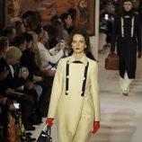 Abrigo de doble botonadura y botas de piel otoño/ invierno 2020-2021 Lanvin