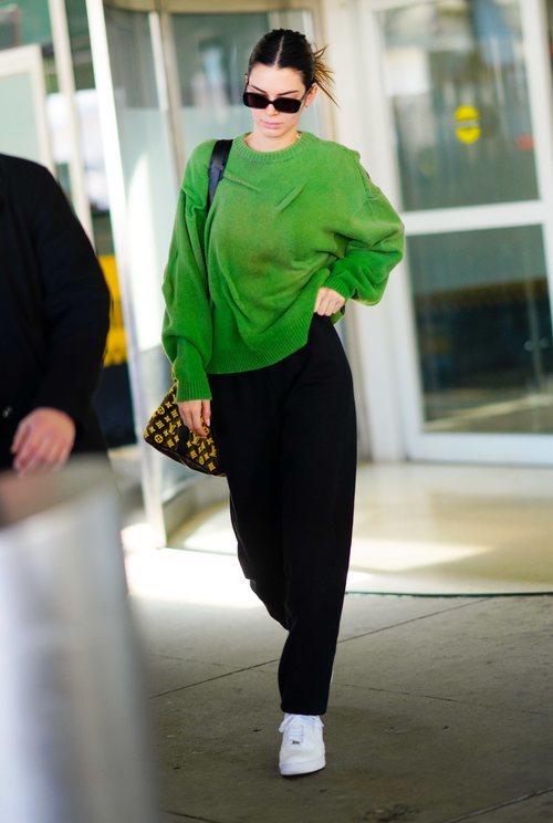 Kendall Jenner luce un atuendo descuidado en el aeropuerto de Los Ángeles