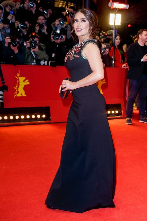 Salma Hayek apuesta por un vestido negro en el Festival de cine Berlinale 2020