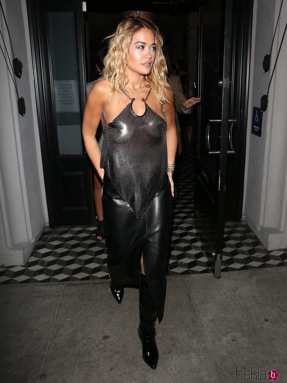 Rita Ora luce un atuendo de transparencias en tonos negro y plata