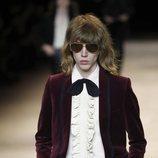 Camisa con chorreras y blazer de terciopelo otoño/ invierno 2020-2021 de Celine