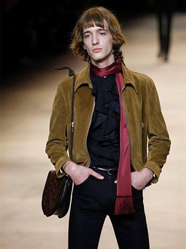 Camisa con chorreras, pañuelo y chaqueta de ante otoño/ invierno 2020-2021 de Celine