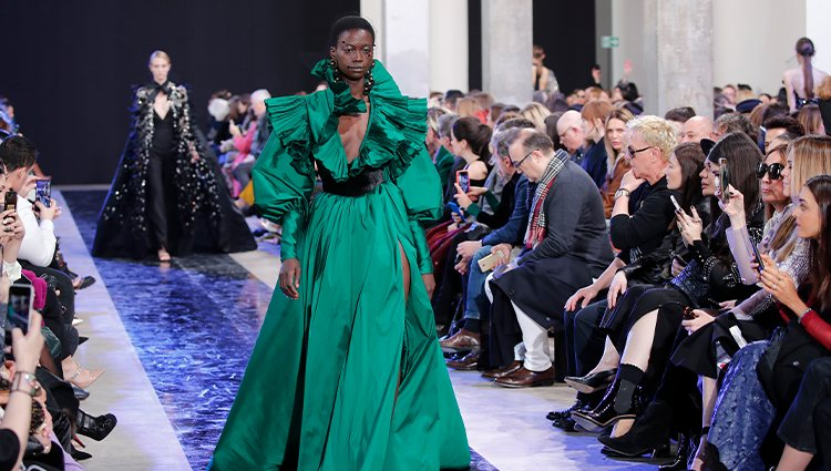Vestido largo verde esmeralda otoño/ invierno 2020-2021 de Elie Saab