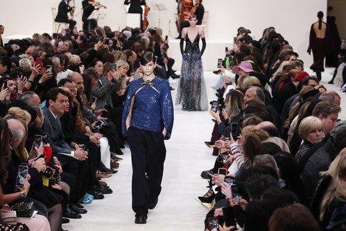 Blusa de lentejuelas y broche combinada con pantalones wide leg otoño/ invierno 2020-2021 de Valentino