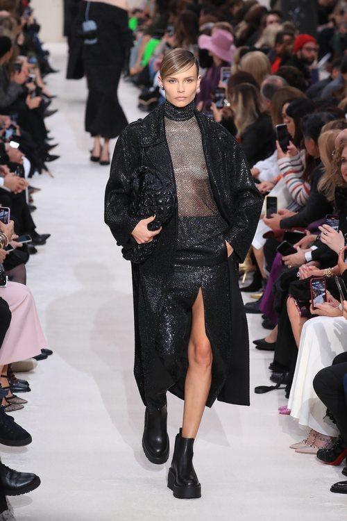 Abrigo, falda asimétrica y blusa brillantes otoño/ invierno 2020-2021 de Valentino