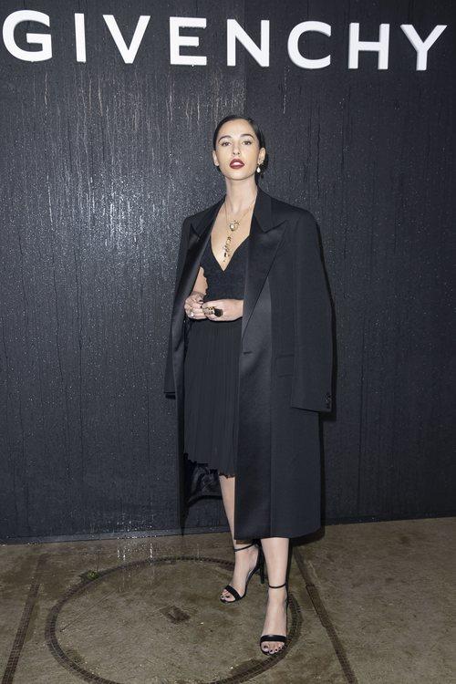 Naomi Scott vestida con la colección otoño/ invierno 2020-2021 de Givenchy