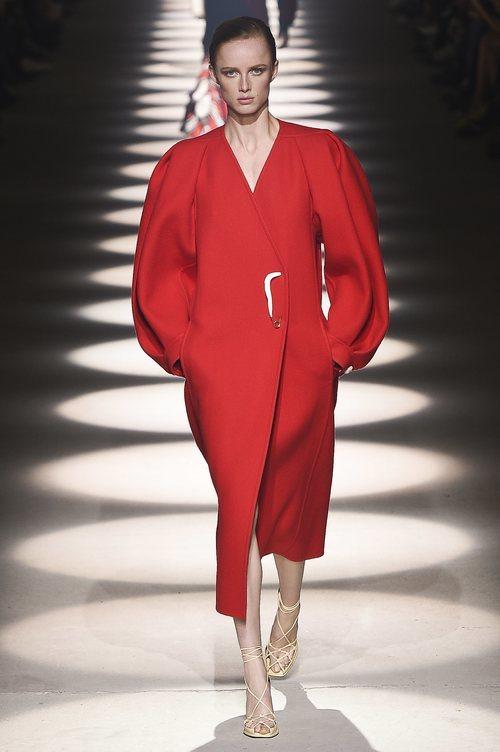 Vestido rojo con cierre de broche otoño/ invierno 2020-2021 de Givenchy