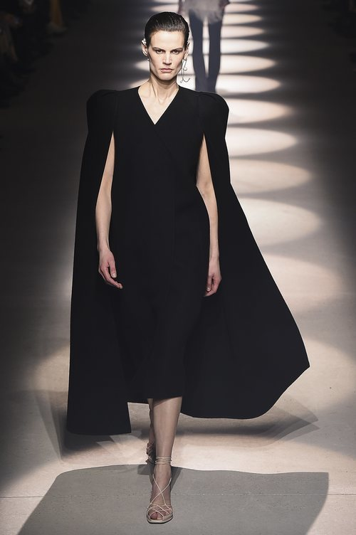Vestido midi con capa otoño/ invierno 2020-2021 de Givenchy