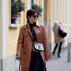 Gala González con un bolso bandolera de piel de la colección Timeless primavera/verano 2020 de Tod's