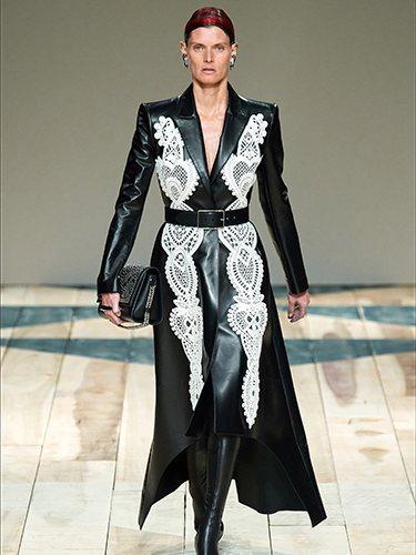 Vestido de cuero negro otoño/ invierno 2020-2021 de McQueen