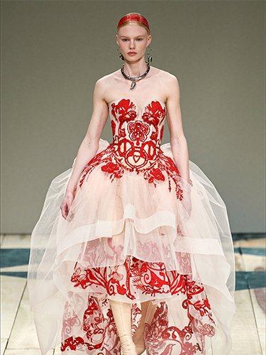 Vestido de tul con detalles en rojo otoño/ invierno 2020-2021 de McQueen