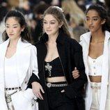 Carrusel de modelos encabezadas por Gigi Hadid otoño/ invierno 2020-2021 Chanel