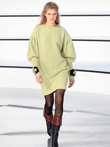 Vestido teñido en verde pálido con detalles en los puños otoño/ invierno 2020-2021 Chanel