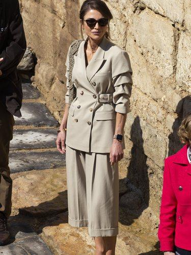 Rania de Jordania con un look estilo exploradora compuesto de americana y bermudas