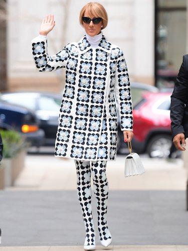 Céline Dion con un abrigo y medias de Moncler x Richard Quinn otoño/invierno 2020-2021