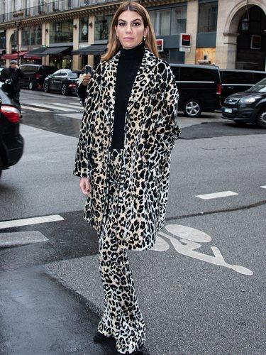 Bianca Brandolini con un total look animal print en el desfile de Giambatistta Valli