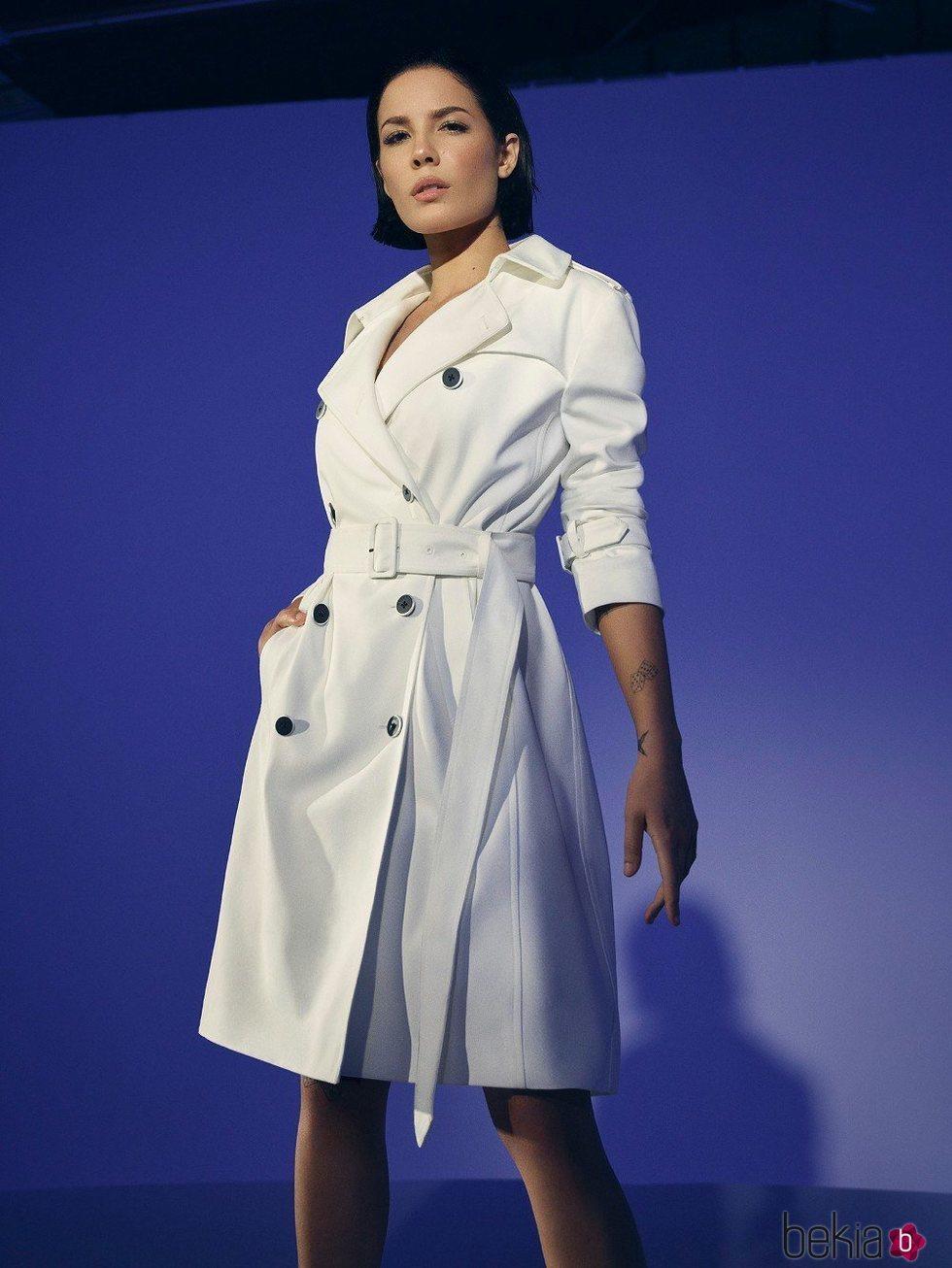 Gabardina blanca de la colección primavera 2020 de DKNY