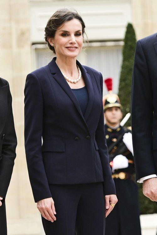 La Reina Letizia con un total look azul turquí en su visita oficial a París