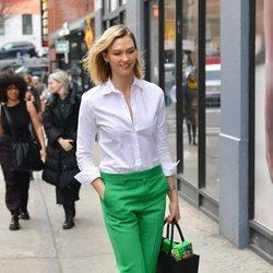 Karlie Kloss con un look de oficina por las calles de Nueva York