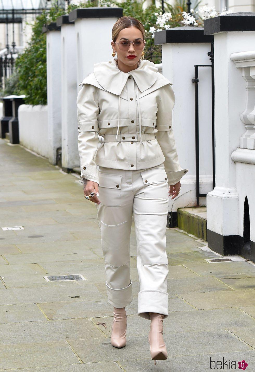 Rita Ora de blanco en Notting Hill