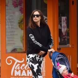 Irina Shaik luce unos pantalones animal print