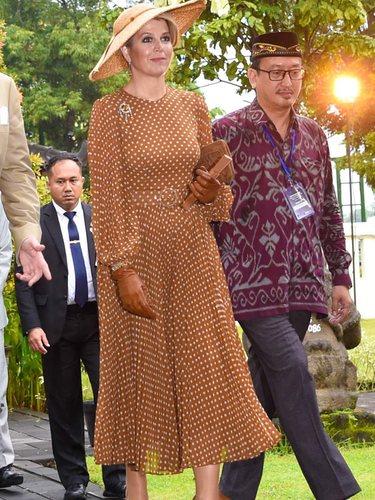 Máxima de Holanda luce un vestido a puntos marrón y blanco