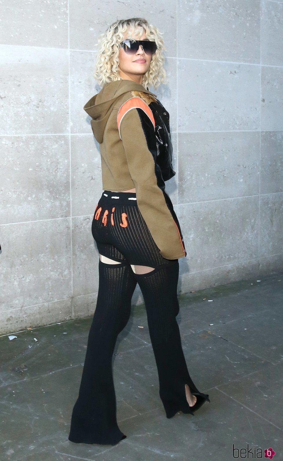 Rita Ora con un look street wear complicado acudiendo a los estudios de la BBC