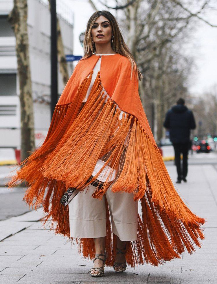 Ángela Rozas (Madame de Rosa) con una capa de Beatriz Peñalver durante la Semana de la Moda de París otoño/invierno 2019-2020