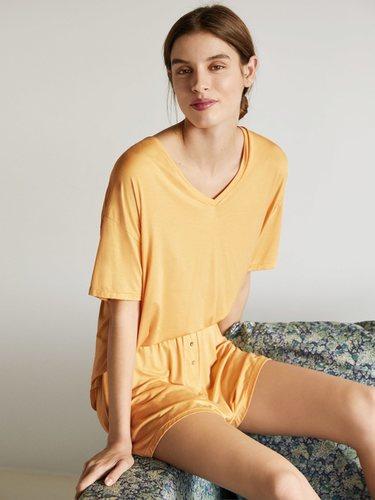 Conjunto de camiseta y pantalón tacto suave en color amarillo de la colección 'When I'm At Home' de Oysho