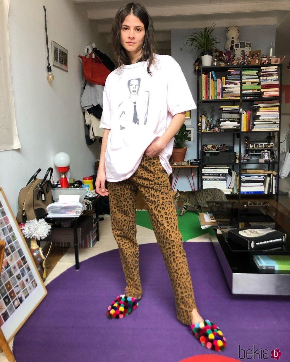 Alba Galocha con pantalón animal print y zapatilllas de andar por casa multiculor
