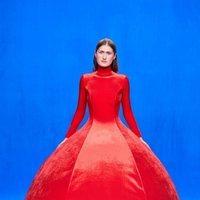 Vestido largo de terciopelo rojo de la colección otoño/invierno 2020 de Balenciaga