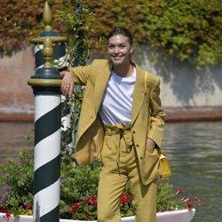 Arizona Muse con un traje fluido a su llegada a la Mostra de Venecia