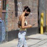 Bella Hadid con unos pantalones de campana que arrastran los bajos