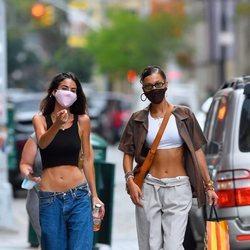 Bella Hadid y una amiga con pantalones de tiro bajo