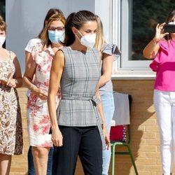 La Reina Letizia con un look casual en el instituto EGA de Navarra