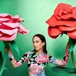 María Escoté con vestido ajustado con estampado de flores y kawaii de la coleción de María Escoté para Desigual