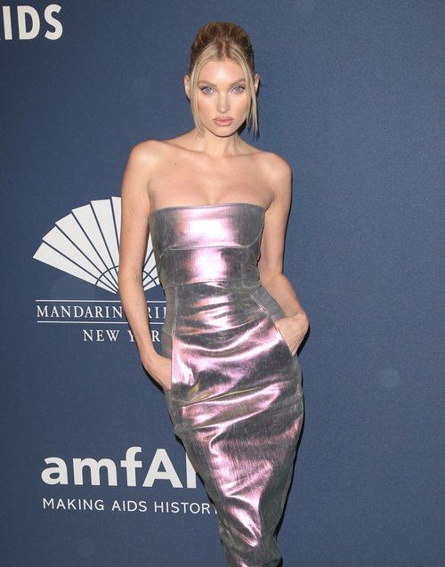 Elsa Hosk con un vestido metalizado de RICK OWENS en la gala Amfar celebrada en Nueva York en febrero 2020